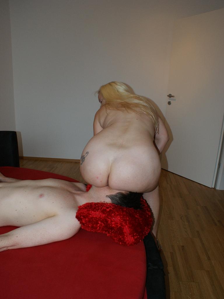 Naked Facesitting 124